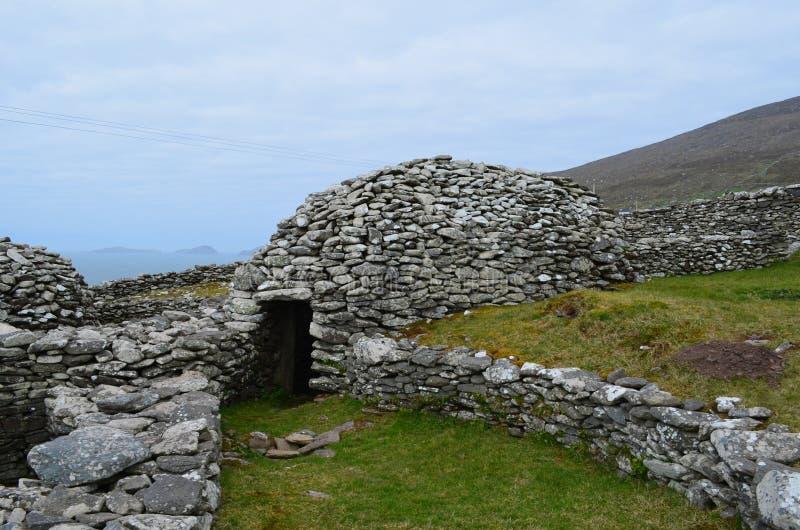 Старые каменные хаты улья на полуострове Dingle стоковое изображение rf