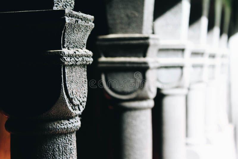 Старые каменные штендеры старинного здания в Норвегии стоковые фото