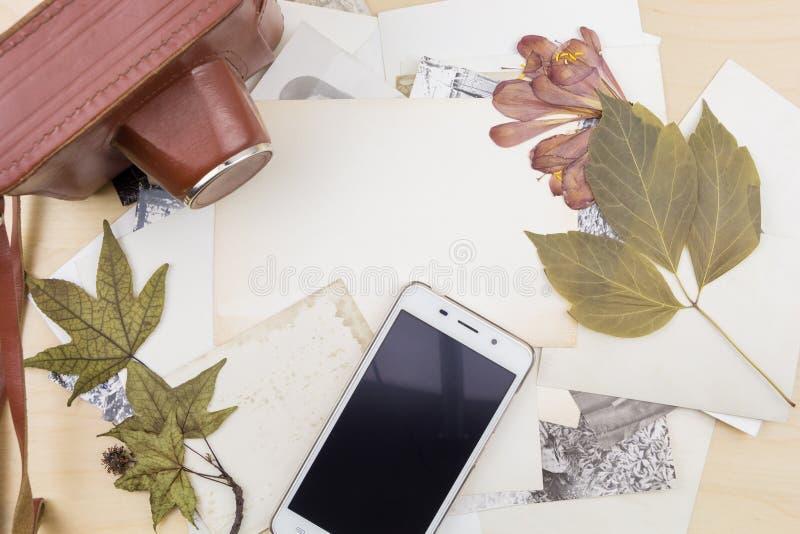 Старые камера и smartphone на стоге фото стоковая фотография rf