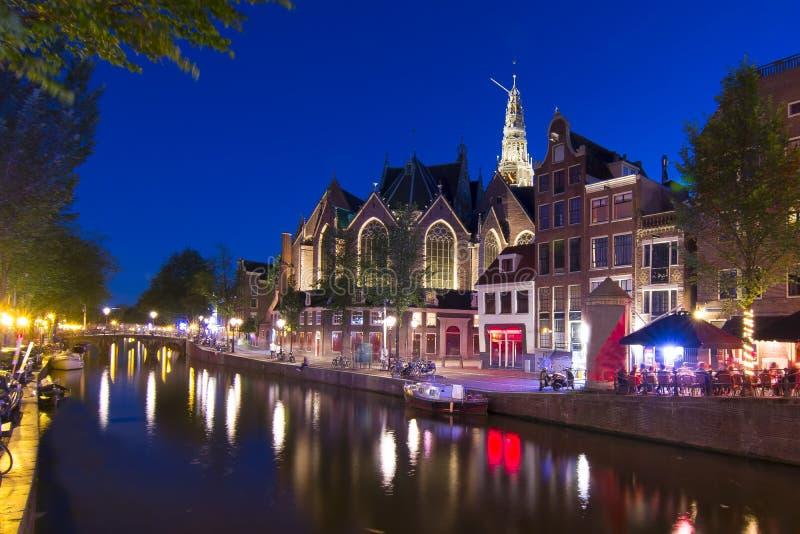 Старые каналы церков Oude Kerk и Амстердама на ноче, Нидерландах стоковое изображение rf