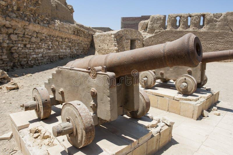 Старые карамболи на римском форте стоковая фотография