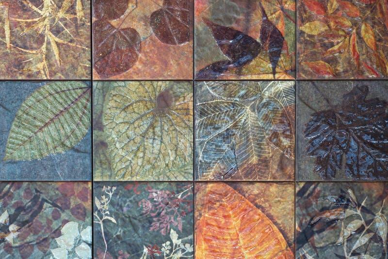 Старые картины керамических плиток стены от публики Таиланда стоковое изображение rf