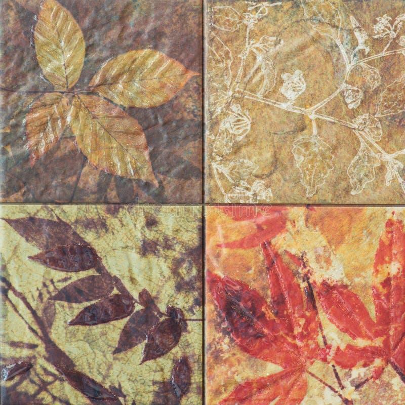 Старые картины керамических плиток стены handcraft от публики Таиланда стоковая фотография