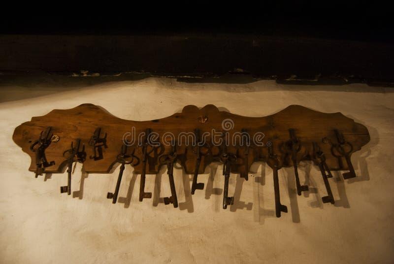Старые ключи утюга деревенских дверей стоковые фотографии rf