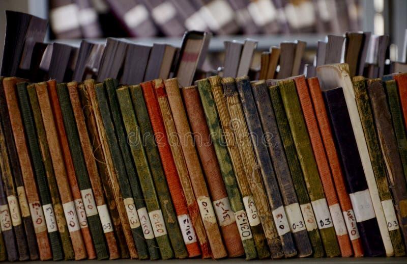 СТАРЫЕ КНИГИ БИБЛИОТЕКИ стоковое фото rf