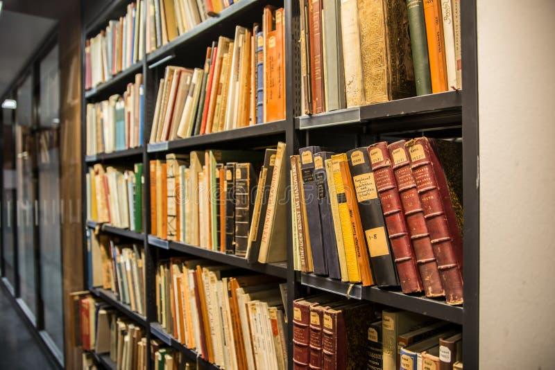 Старые книги внутри университетской библиотеки Гумбольдта в Берлине стоковое изображение rf