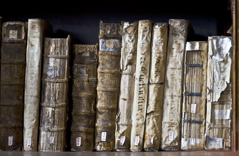 Старые книги в библиотеке Ricoleta в Arequipa, Перу стоковое фото