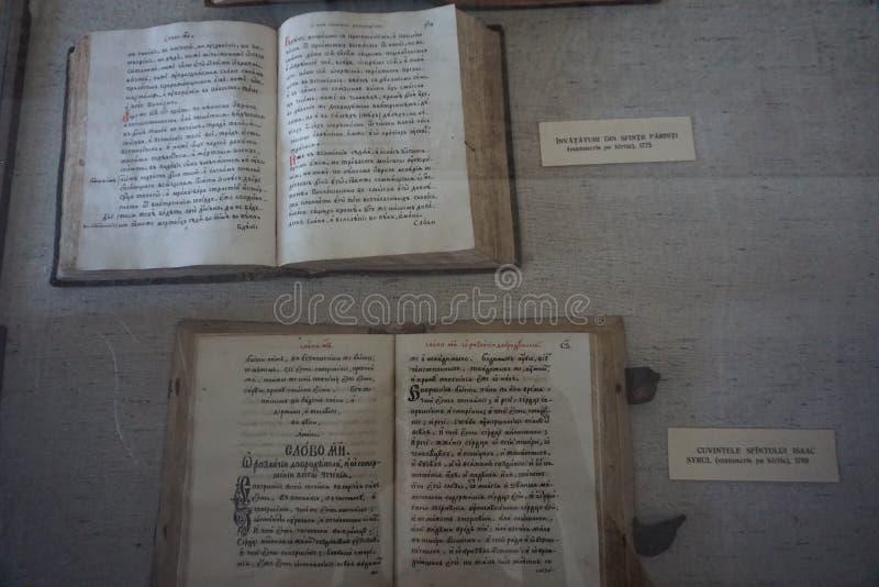 Старые книги в музее› NeamÈ монастыря стоковые изображения rf