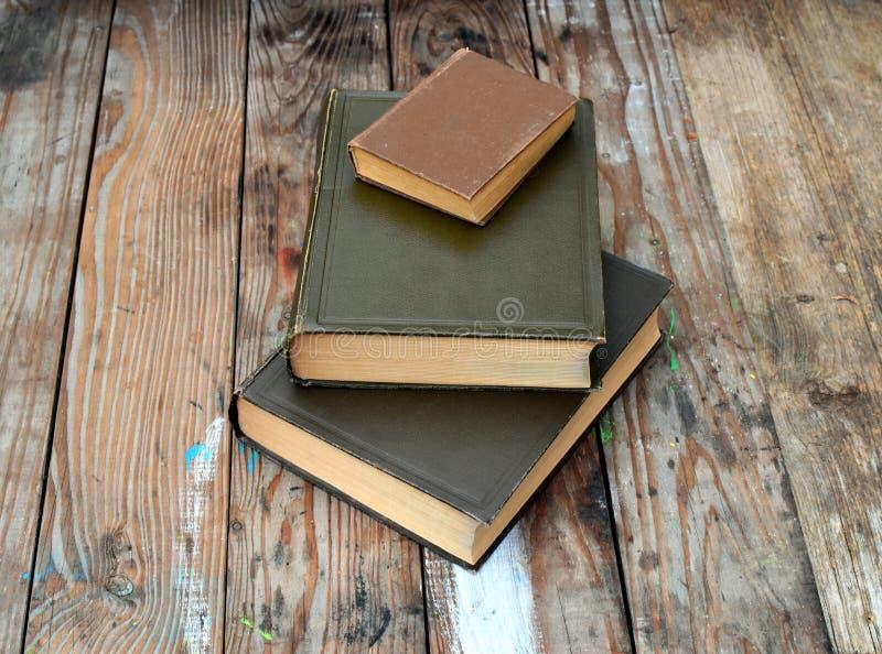 Старые книги на деревянном столе стоковые изображения