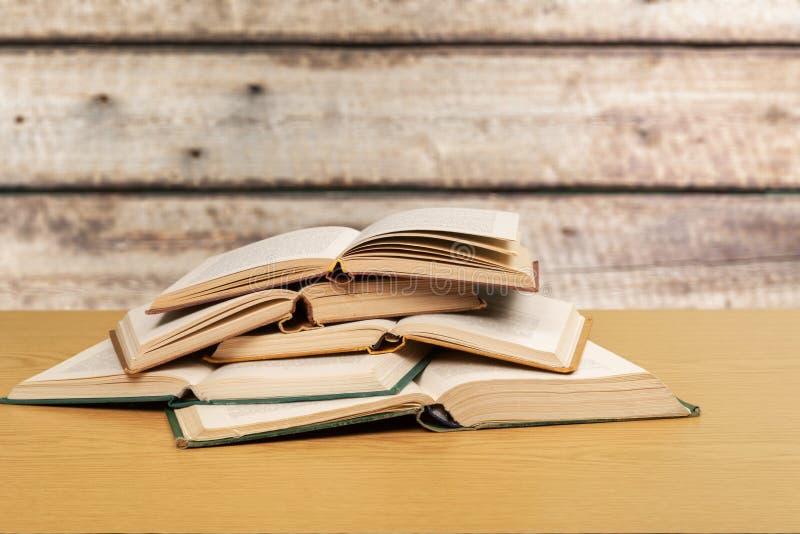 Старые книги на деревянном столе стоковое изображение rf