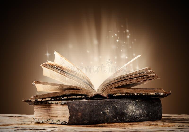 Старые книги на деревянной таблице стоковое изображение rf