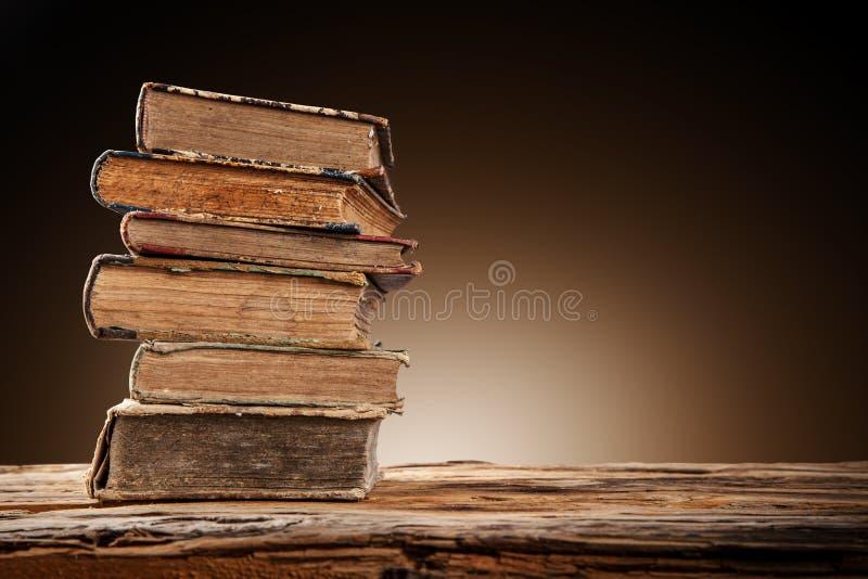 Старые книги на деревянной таблице стоковые фото
