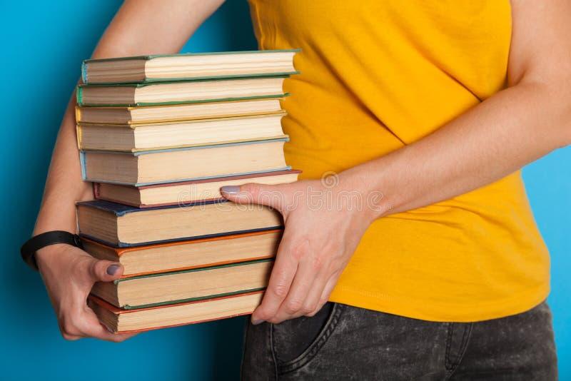 Старые книги стога кучи, античное собрание в руках стоковая фотография rf