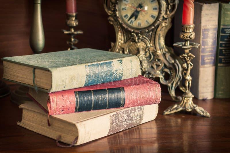 Старые книги с историческими часами стоковая фотография rf
