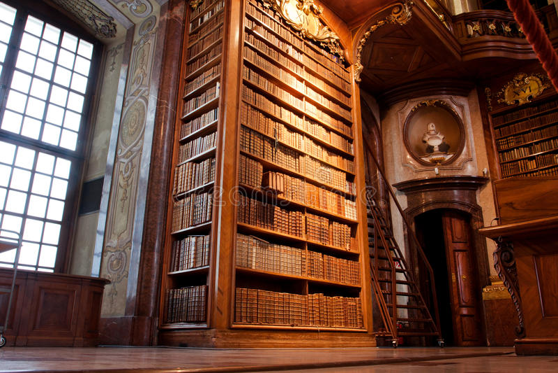 Старые книжные полки внутри красивой библиотеки стоковые фотографии rf