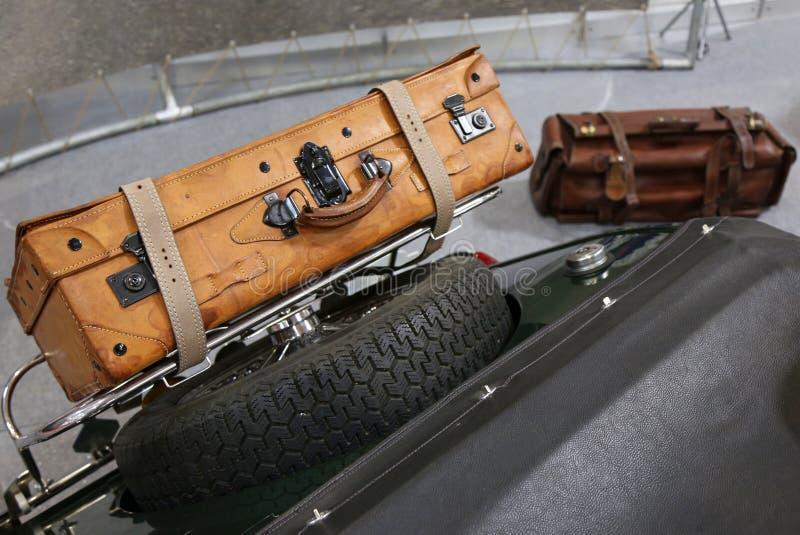 Старые кожаные чемоданы на хоботе винтажного автомобиля стоковые изображения rf