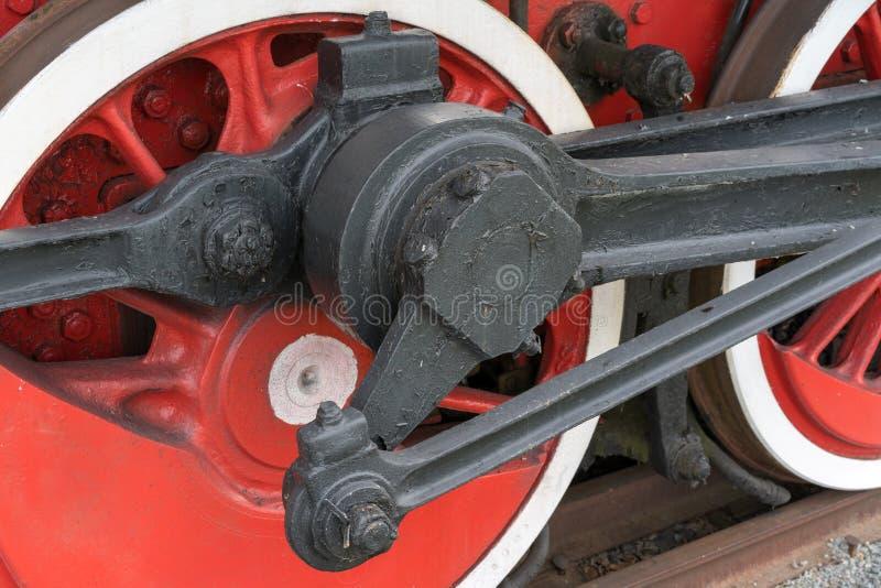 Старые колеса причаливая, конец-вверх поезда пара Черные и красные колеса Рельсы и слиперы стоковое изображение