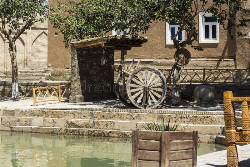 Старые колеса телеги и руины глины расквартировывают около озера стоковые изображения rf