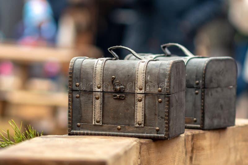 Старые комоды перемещения в рынке ремесла улицы стоковые фотографии rf