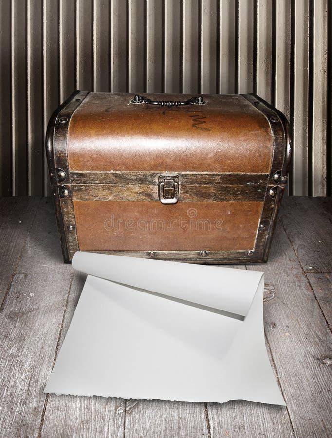 Старые комод и чистый лист бумаги стоковое изображение