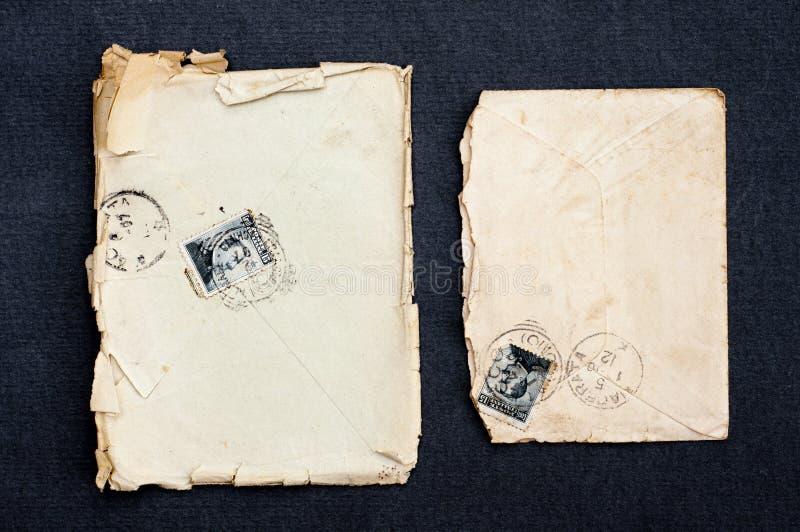 Старые конверт и открытка с изолированной печатью винтажные collectibles стоковые фото