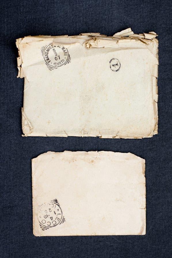 Старые конверт и открытка с изолированной печатью винтажные collectibles стоковые изображения rf