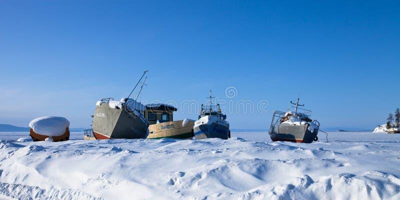 Старые корабли на льде озера Baykal стоковые изображения rf