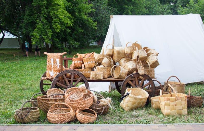 Старые старые корзины березы Продукты от коры березы стоковые фото