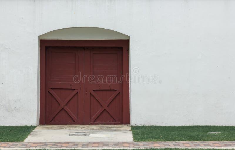 Старые коричневые деревянные двери на белых стенах закрыты стоковые фотографии rf