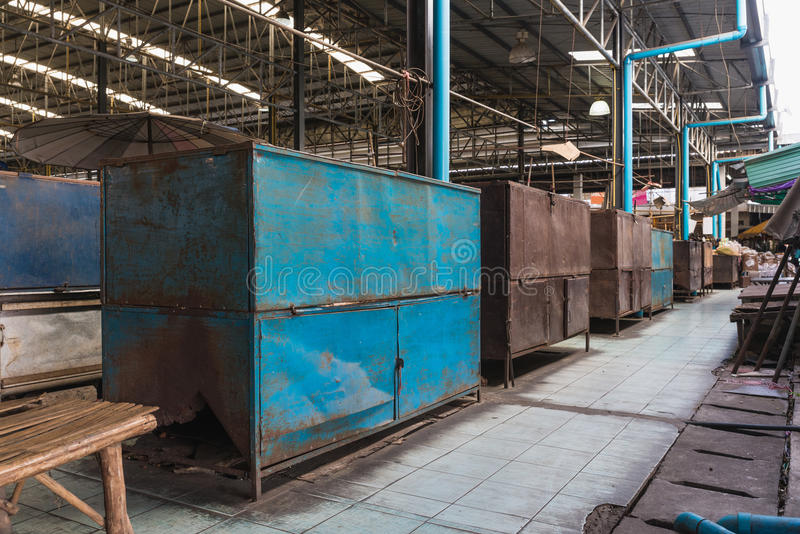 Старые коробки металла как хранение для купца в рынке стоковое фото rf