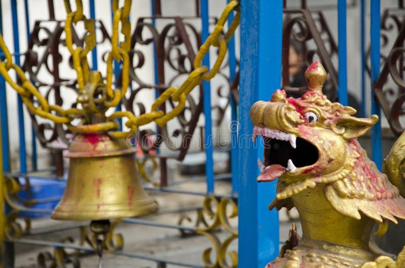 Старые колокол и дракон возглавляют в виске Азии, Непале стоковые изображения