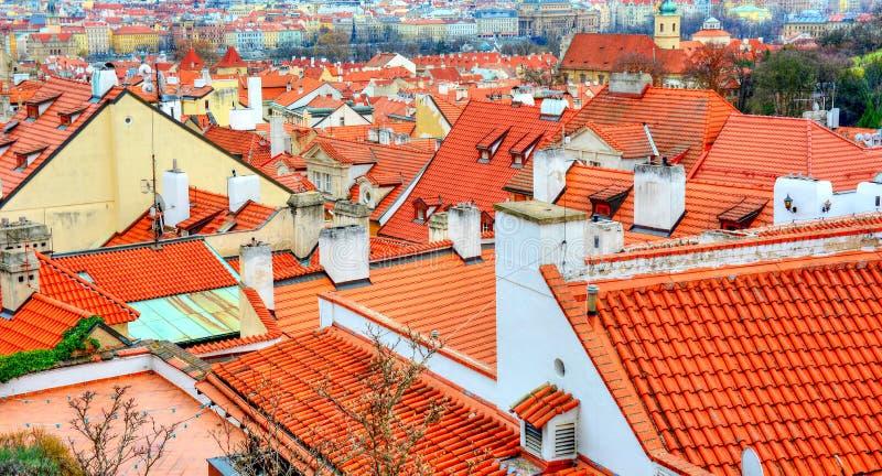 Старые красные крыши в Праге стоковые фото