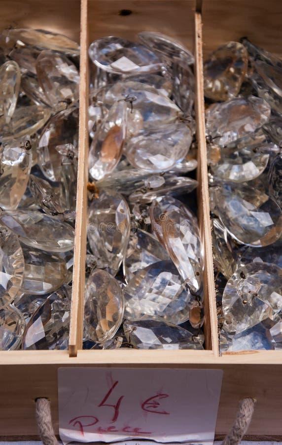 Старые кристаллические шкентели на блошинном. стоковое фото