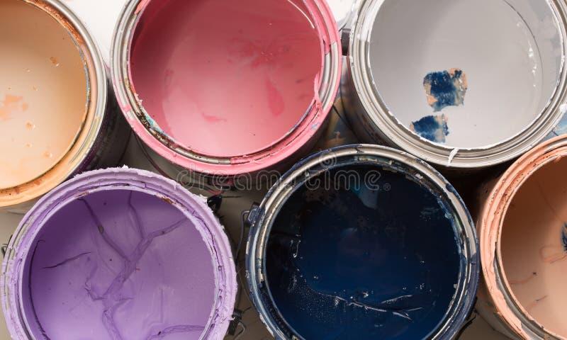Старые крышки консервной банки краски на белизне стоковое изображение rf