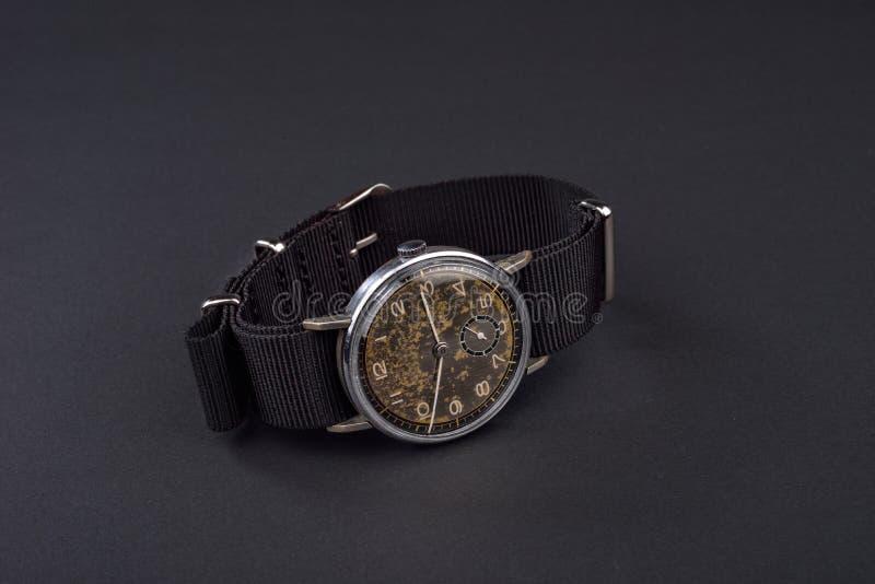 Старые классические наручные часы для человека на черной предпосылке стоковое изображение rf