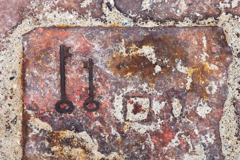 старые ключи двери на ржавой предпосылке металла стоковые изображения rf