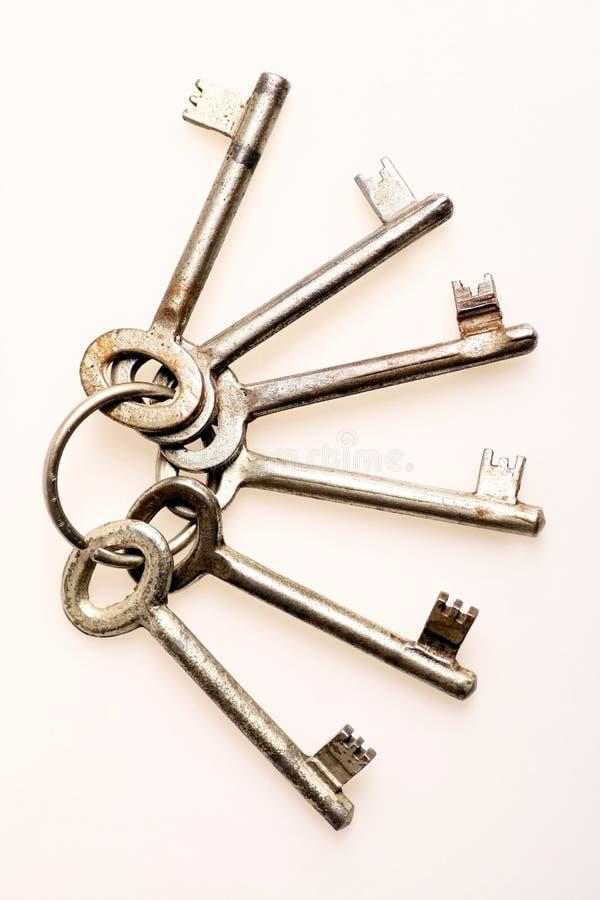 Старые ключи двери стоковые фото