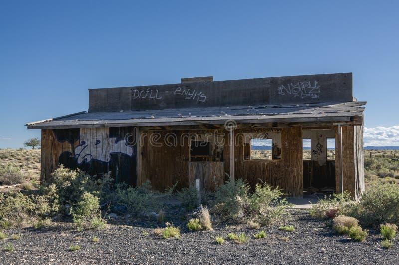Старые ландшафт пустыни здания Delapidated стиля трассы 66 западный стоковые изображения rf