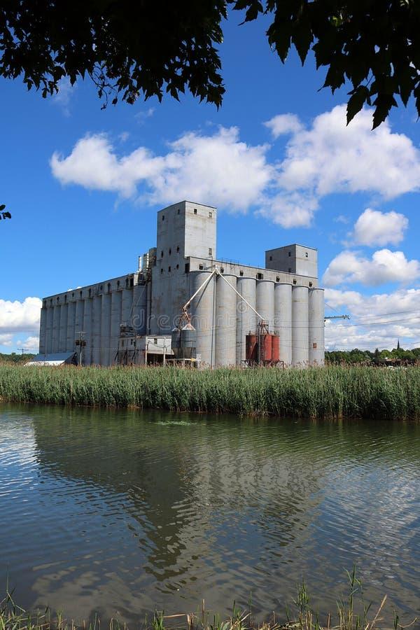 Старые лифты зерна в звуке Оуэна, Онтарио стоковое фото rf