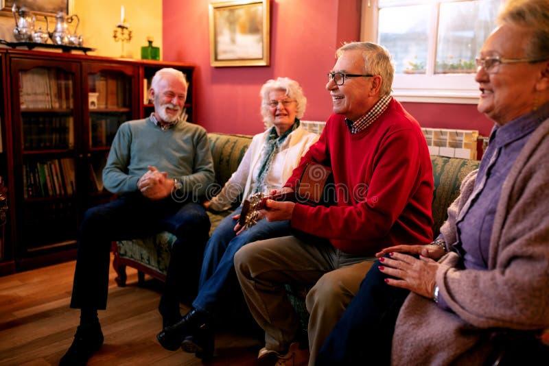 Старые люди играя гитару и поя стоковое изображение