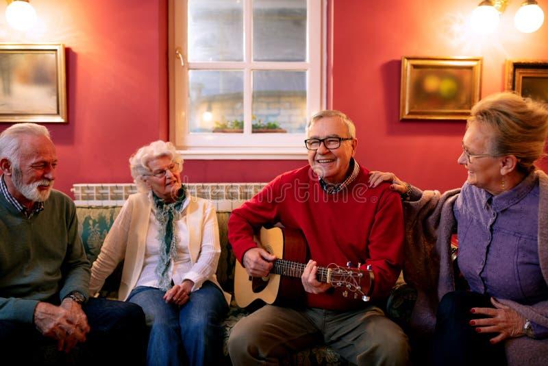Старые люди играя гитару и поя стоковые изображения rf