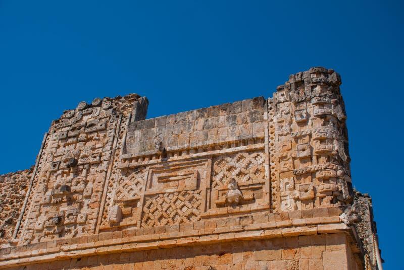 Старые майяские чертежи на камне часть cenote chichen itza Мексика священнейший yucatan Uxmal стоковое изображение