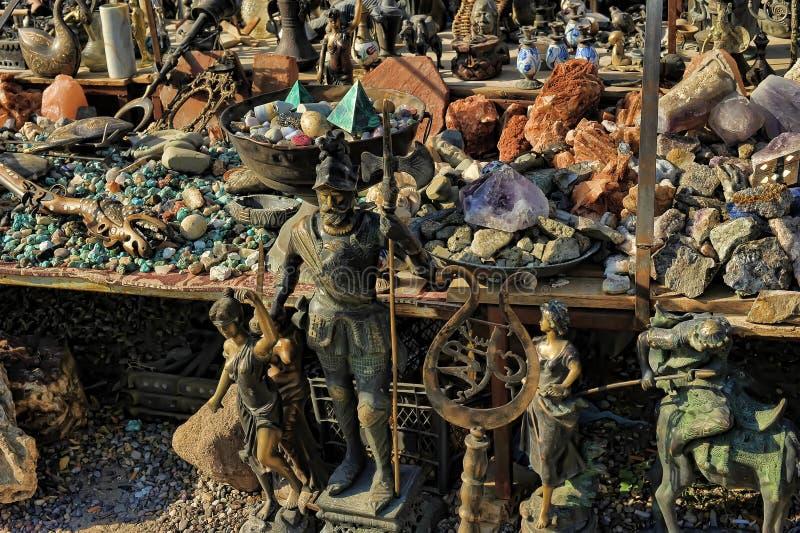 старые медные figurines, вазы и естественные камни на блохе m стоковая фотография