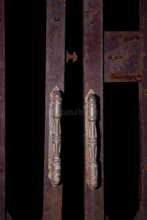 Старые металлические дверь и ржавчина могут использовать стоковая фотография