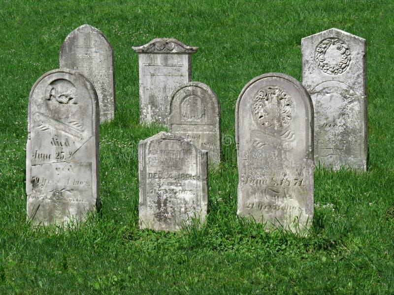 Старые надгробные плиты кладбища стоковое изображение