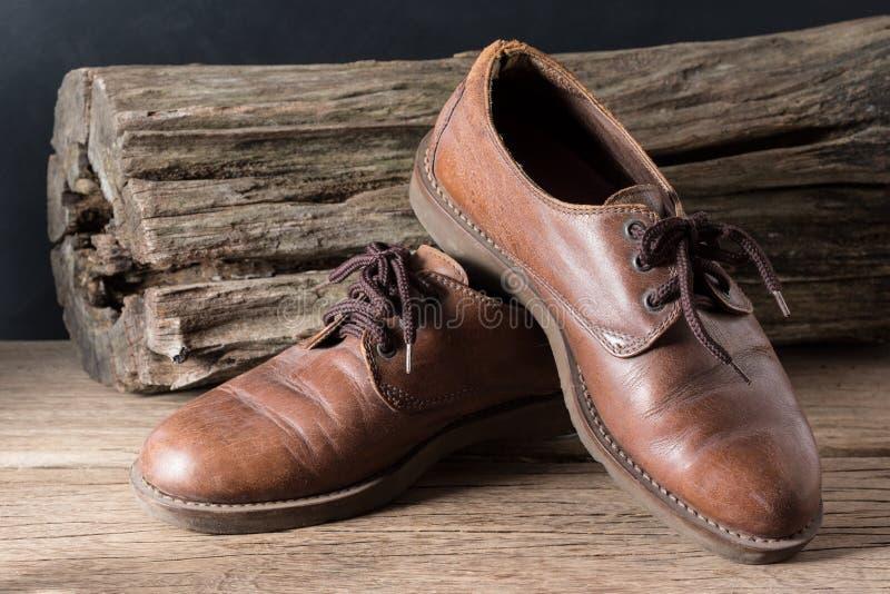 Старые неподдельные кожаные ботинки стоковое изображение