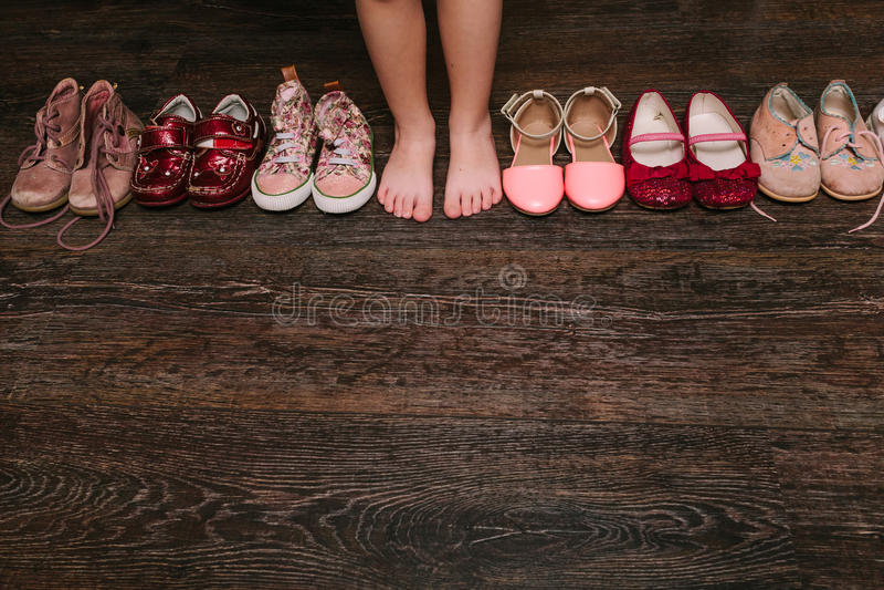 Старые несенные ботинки младенца (ребенка, ребенк) на поле сандалии, ботинки, s стоковое изображение rf