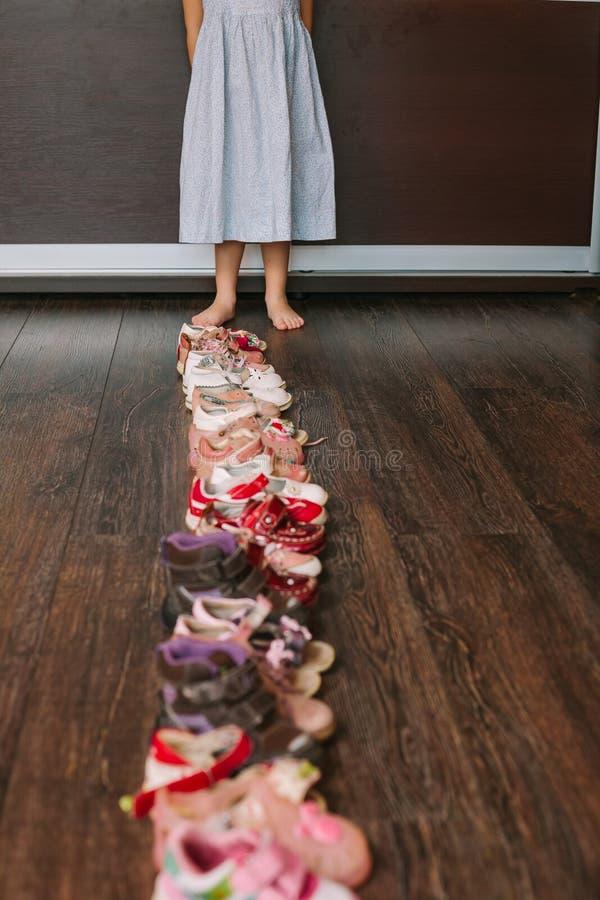 Старые несенные ботинки младенца (ребенка, ребенк) на поле сандалии, ботинки, s стоковое фото rf