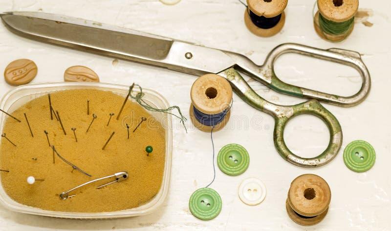 Старые ножницы металла, иглы и деревянный взгляд сверху катушек стоковые изображения
