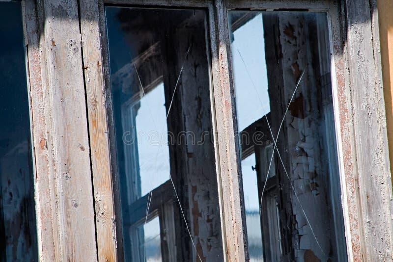 Старые окна с поцарапанным стеклом близки стоковые фотографии rf